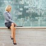 Mujer de negocios joven atractivo — Foto de Stock
