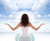 Genç esmer meditasyon yerleştirmek — Stok fotoğraf