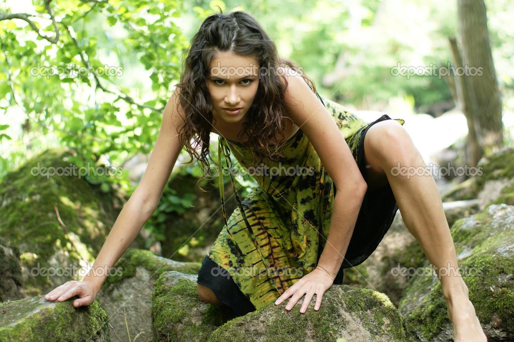 Девушка потерялась в джунглях