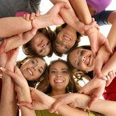 Birlikte kalmak ve seyir camer gülümseyen genç grup — Stok fotoğraf