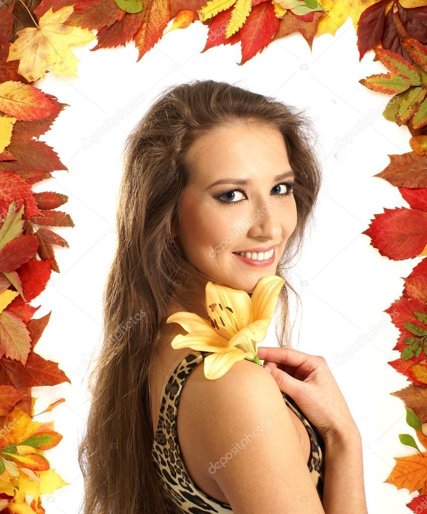 年轻可爱的女人与孤立在白色的百合花