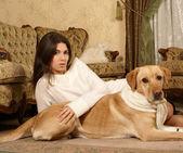 Fille avec le chien — Photo