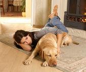 Attraktive frau mit labrador den hund auf den flor — Stockfoto