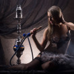jeune femme sexy en lingerie de luxe fumer le narguilé — Photo