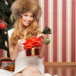 Beautiful teenager girl and the Christmas tree - 图库照片