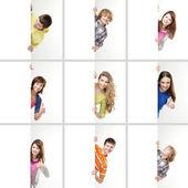 Uppsättning av tonåringar med en jätte, tom, vit skylt — Stockfoto