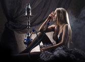 Joven mujer sexy en ropa interior de lujo fumando la pipa — Foto de Stock