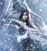 Giovane donna attraente in soffiando seta — Foto Stock
