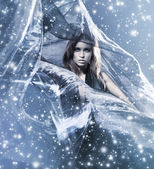 Jovem mulher atraente em seda de sopro — Foto Stock