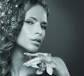 Joven mujer atractiva con el corte de pelo con flores — Foto de Stock