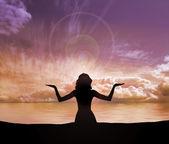 Silhouette di donna giovane facendo esercizio di yoga sullo sfondo tramonto — Foto Stock