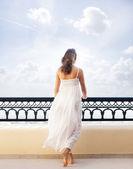 Jonge aantrekkelijke vrouw koelen in de toeristische resort — Stockfoto