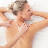 Jeune femme séduisante se masser traitement sur blanc ba — Photo