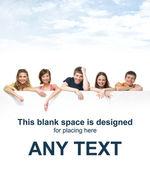 Groupe d'adolescents avec un panneau d'affichage géant, blanc, blanc — Photo