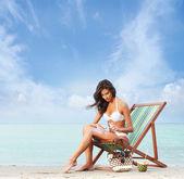 Young, beautiful, sporty and sexy woman using the suntan cream o — Stock Photo