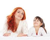 Een gelukkige moeder en een jonge dochter bent op een lichte achtergrond — Stockfoto