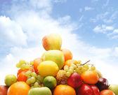 Pilha de frutas frescas e saborosas e legumes isolados no branco — Foto Stock