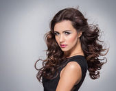 Schoonheid portret van jonge aantrekkelijke vrouw — Stockfoto