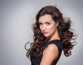 Skönhet porträtt av ung attraktiv kvinna — Stockfoto