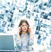 γυναίκα των επιχειρήσεων στο γραφείο που απομονώνονται σε λευκό — Φωτογραφία Αρχείου