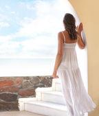 Młoda atrakcyjna kobieta chłodzenie w ośrodku turystycznym — Zdjęcie stockowe