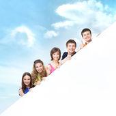 Grupo de adolescentes com um gigante, em branco — Foto Stock