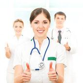 Squadra di operai medici giovani e intelligenti — Foto Stock