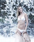 Linda, alegre e jovem mulher na banheira tomando banho na cachoeira — Fotografia Stock