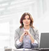 Mulher de negócios no escritório isolado no branco — Foto Stock