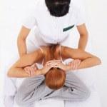 joven mujer tradicional masaje tailandés estiramientos por terapeuta — Foto de Stock
