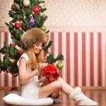 adolescente hermosa chica y el árbol de Navidad — Foto de Stock