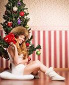 Beautiful teenager girl and the Christmas tree — Stock Photo