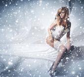 Mujer joven y sexy pelirroja en ropa interior blanca — Foto de Stock