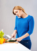 Housewife woman cooking in kitchen — Stockfoto