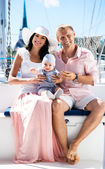 Young family on sailing boat — Stok fotoğraf