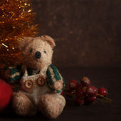 Arreglo de navidad con un oso de peluche — Foto de Stock