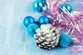 Vánoční dekorace s kuželem — Stock fotografie