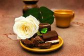 Cioccolato con rosa bianca — Foto Stock