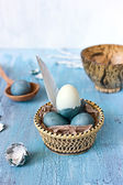 Bodegón con huevos de Pascua azul en una placa Jacana — Foto de Stock