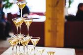 празднование. пирамида из шампанского очки. — Стоковое фото