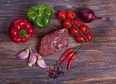Nise ribeye frescos, verdes, verduras y especiado — Foto de Stock