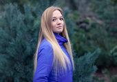 Açık genç ve güzel bir kadın portresi soğuk kış hava parkta güzel bir kadın. şehvetli sarışın poz ve having fun — Stok fotoğraf