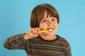 Child brushing teeth — Stock Photo