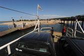 Auto's met toeristen aan boord van een veerboot wachten — Stockfoto