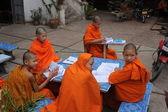 Pequeños monjes budistas de aprendizaje en una escuela del monasterio — Foto de Stock