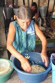 Woman knead corn for tortilla paste at Suchitoto — Stock Photo