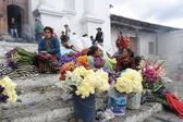 Vrouwen verkopen bloemen — Stockfoto