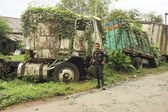 Abandoned truck wreck and train wagon — 图库照片