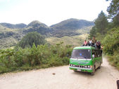 Truck full of people on a dirt mountain road near Lanquin, Guate — Foto Stock