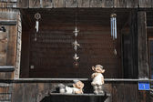 Statues and glockenspiel at a chalet — Stock Photo